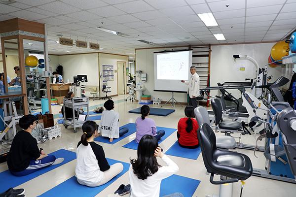 재활의학과 김준성교수가 강의를 하고있다.