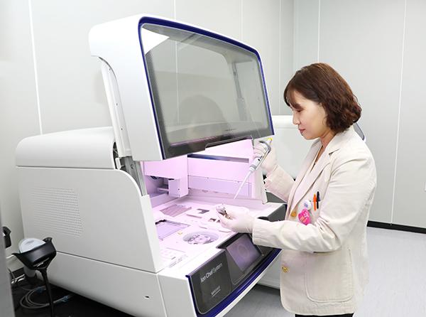병리과 정지한 교수가 NGS 검사를 하고 있다.
