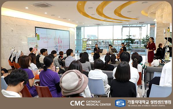 김민정 아나운서가 장기기증에 대해 설명하고 청중들이 경청하고 있다.