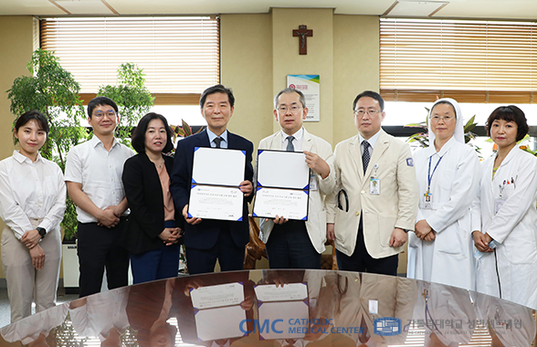 성빈센트병원과 한국장기조직기증원이 기념 사진을 찍고 있다.